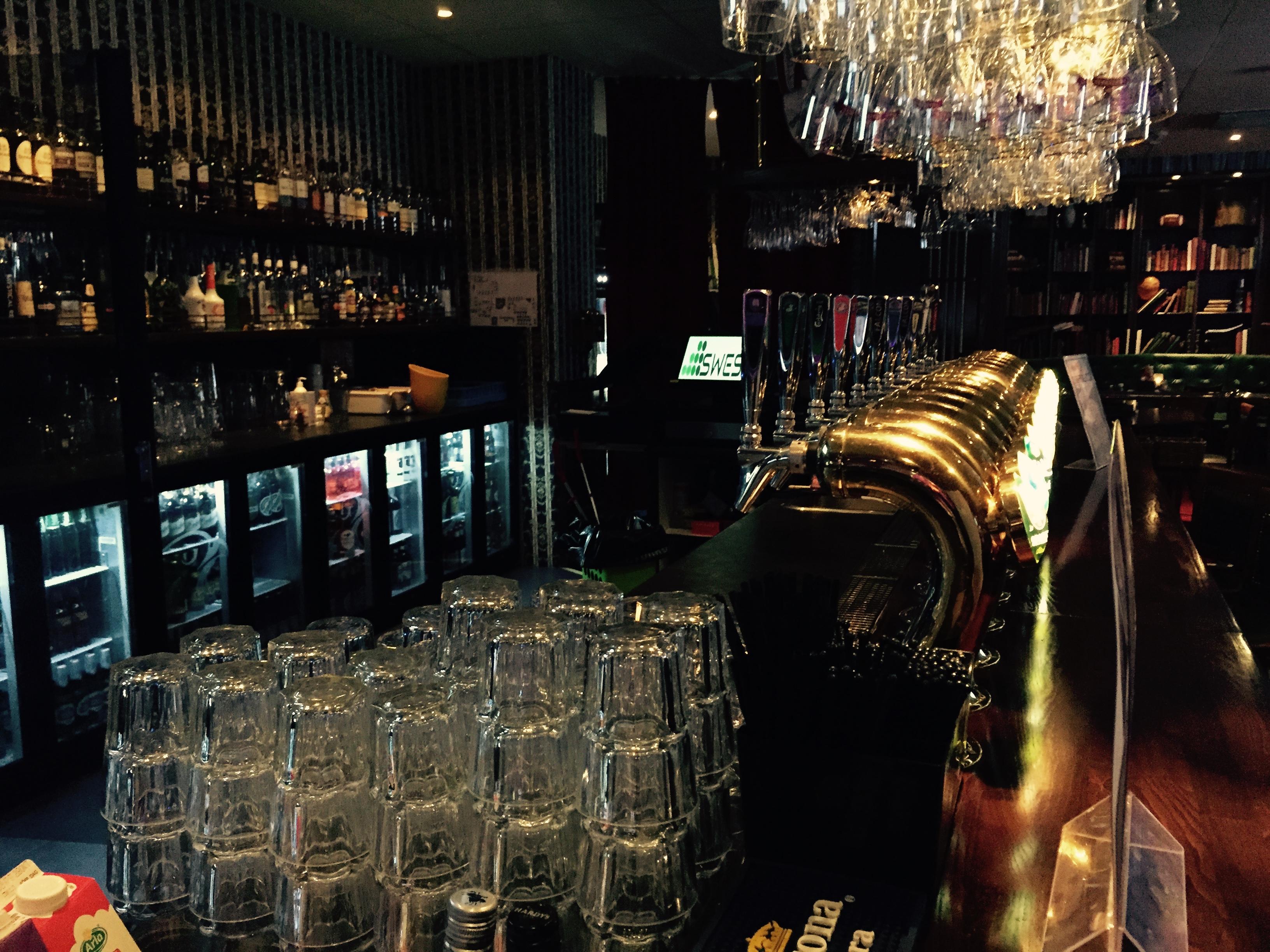 Bar bild på Pitchers i Örebro med skymt av SWESS kassa